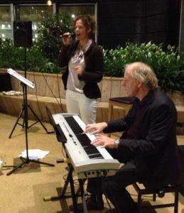Rustige achtergrondmuziek. Live jazz-duo